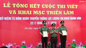 Thiếu tướng PGS.TS Nguyễn Bình Ban, Nguyên Viện trưởng Viện lịch sử Công an, Trưởng Ban giám khảo trao giải cuộc thi cho các tác giả. Ảnh: dangcongsan.vn