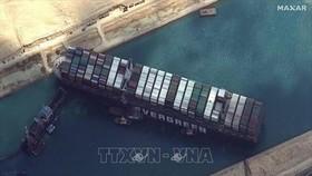 Tàu chở hàng Ever Given mắc cạn ở Kênh đào Suez, Ai Cập. Ảnh: IRNA/TTXVN