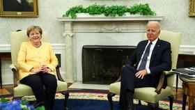 Thủ tướng Đức Angela Merkel trao đổi cùng Tổng thống Joe Biden trong chuyến thăm Mỹ. Ảnh: REUTERS