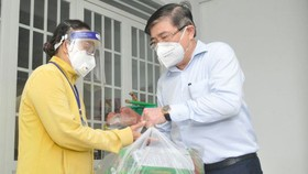 Chủ tịch UBND TPHCM Nguyễn Thành Phong: Người dân cứ an lòng ở TPHCM, tất cả trường hợp khó khăn sẽ được hỗ trợ