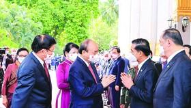 Chủ tịch nước  Nguyễn Xuân Phúc và  Tổng Bí thư, Chủ tịch nước Lào Thongloun Sisoulith với các thành viên đoàn đại biểu cấp cao 2 nước tại lễ đón. Ảnh: TTXVN