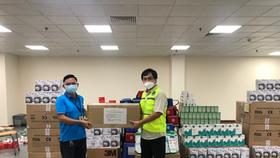 Ông Nguyễn Thanh Nhã, Trưởng Ban TCNS EVNHCMC (bên phải) tiếp nhận vật tư y tế hỗ trợ CNVC-NLĐ điều trị Covid-19 từ đại diện Công đoàn Điện lực Việt Nam