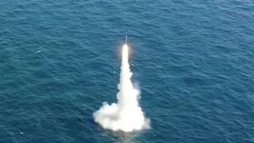 Một tên lửa đạn đạo (SLBM) phóng từ tàu ngầm Dosan Ahn Chang-ho lớp 3.000 tấn tại Trung tâm Thử nghiệm ADD Anheung ở tỉnh Nam Chungcheong ngày 15-9. Ảnh: REUTERS