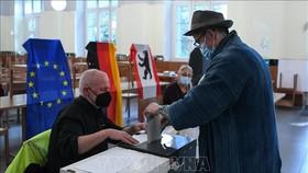Cử tri bỏ phiếu bầu Quốc hội tại điểm bầu cử ở Berlin, Đức ngày 26-9-2021. Ảnh: TTXVN