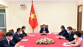 Thủ tướng Chính phủ Phạm Minh Chính điện đàm với Đặc phái viên của Tổng thống Hoa Kỳ về biến đổi khí hậu John Kerry. Ảnh: VGP