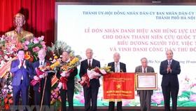 Chủ tịch nước Nguyễn Xuân Phúc trao tặng danh hiệu Anh hùng Lực lượng vũ trang nhân dân cho Đoàn Thanh niên cứu quốc Thành Hoàng Diệu. Ảnh: TTXVN