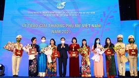 Giải thưởng Phụ nữ Việt Nam năm 2021 được trao cho 6 tập thể và 10 cá nhân xuất sắc trên các lĩnh vực kinh tế, giáo dục, văn hóa, y học, công tác xã hội, phát triển cộng đồng. Ảnh: VGP