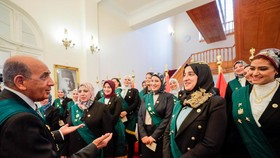 Gần 100 thành viên nữ Hội đồng Nhà nước Ai Cập tuyên thệ nhậm chức, trở thành những nữ thẩm phán đầu tiên tại Ai Cập. Ảnh: REUTERS