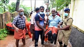 Lực lượng cứu hộ Ấn Độ sơ tán người dân tại khu vực mưa lớn ở Alappuzha, bang Kerala, ngày 17-10. Ảnh: TTXVN
