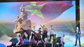 Tiết mục văn nghệ trong phần 1 với tên gọi Huyền thoại với nội dung giới thiệu sự ra đời đường Hồ Chí Minh trên biển; quá trình đóng tàu phục vụ đi biển vận chuyển vũ khí… Ảnh: TTXVN