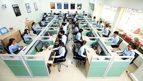 Nhân viên Trung tâm chăm sóc khách hàng đang giải đáp những thắc mắc của khách hàng sử dụng điện qua tổng đài 19001006