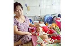 Bé Nguyễn Trúc Vân đang điều trị tại bệnh viện