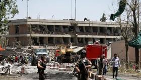 Lực lượng an ninh Afghanistan trước Đại sứ quán Đức ở Kabul sau vụ đánh bom ngày 31-5-2017. Ảnh: REUTERS