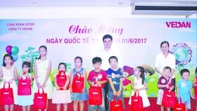Ông Ko Chung Chih trao quà cho các bé.