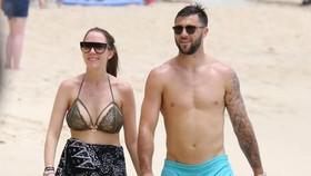 Vợ chồng Charlie Austin trên bãi biển Barbados..