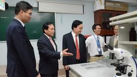 Bộ trưởng Bộ GD-ĐT Phùng Xuân Nhạ thăm phòng thực hành  Khoa Dược Trường ĐH Nguyễn Tất Thành