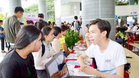 Thí sinh tìm hiểu ngành nghề để điều chỉnh nguyện vọng tại Trường ĐH Tôn Đức Thắng.