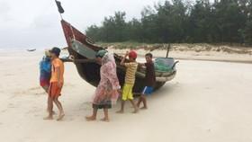 Ngư dân vùng bãi ngang Quảng Trị gánh thuyền đi tránh bão
