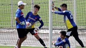 Lá chắn thủ môn đang là nỗi lo lớn nhất của HLV Hữu Thắng. Ảnh: Minh Hoàng