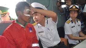 Lực lượng chức năng thăm hỏi và đưa thuyền viên gặp nạn vào bờ
