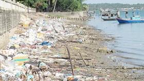 Rác thải bao vây xã đảo Tam Hải