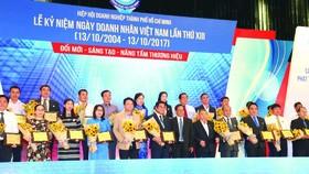 Đại diện Công ty Cổ phần Tập đoàn Xây dựng Hòa Bình (thứ 6 từ trái sang hàng đầu)  nhận Kỷ niệm chương của Ban tổ chức