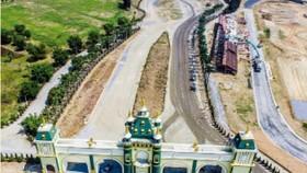 """Năm 2011, siêu dự án Happyland 2 tỷ USD khởi công rầm rộ và tuyên bố 3 năm sau sẽ hình thành khu """"vui chơi, giải trí lớn nhất Đông Nam Á"""". Tuy nhiên đến thời điểm này ngoài cổng chào được dựng lên hoành tráng, nhiều hạng mục xây dựng vẫn dở dang."""