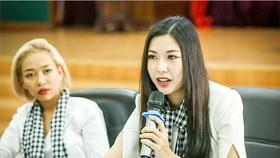 """Á hậu Thùy Vân phát biểu trước các sinh viên Trường Đại học Quốc tế - ĐHQGTHCM, tại buổi tọa đàm """"Khát vọng dẫn lối thành công""""."""