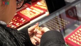 Giá vàng thế giới quay đầu tăng vọt trước nhiều bất ổn