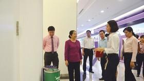 Tuyên truyền phân loại rác tại thang máy chung cư