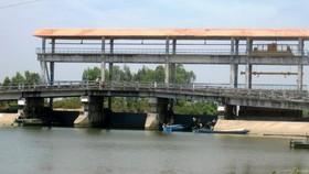 Cắt luồng giao thông thủy để đắp đập ngăn mặn ở Kiên Giang