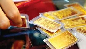 Giá vàng trong nước chỉ còn cao hơn giá vàng thế giới 1 triệu đồng/lượng