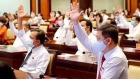 Các đại biểu thông qua tờ trình của UBND TP.HCM về mức kinh phí phục vụ công tác phòng chống dịch Covid-19. Ảnh: TTBT TPHCM