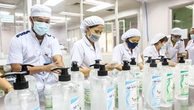 Một doanh nghiệp sản xuất dung dịch sát khuẩn trong mùa dịch Covid.