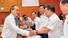 Bí thư Thành ủy TPHCM Nguyễn Thiện Nhân  cùng các đại biểu tại hội nghị Ảnh: VIỆT DŨNG