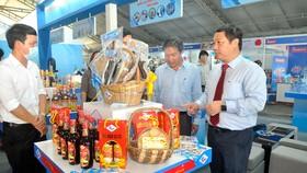 Phó Chủ tịch UBND TPHCM Dương Anh Đức  xem các sản phẩm chủ lực, tiềm năng của TPHCM Ảnh: CAO THĂNG