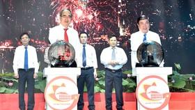 Bí thư  Thành ủy TPHCM Nguyễn  Thiện Nhân và Chủ tịch UBND TPHCM Nguyễn Thành Phong  phát động Giải thưởng Sáng tạo TPHCM lần thứ 2-2021. Ảnh: VIỆT DŨNG