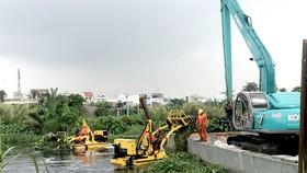 """Tổ hợp hiện đại trên sông rạch TPHCM """"gắp"""" hơn 5 tấn rác/giờ"""