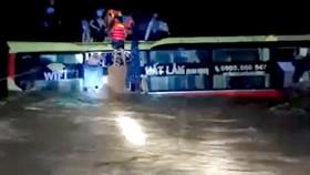 Quảng Bình: Giải cứu 20 người trong xe khách bị lũ cuốn trôi