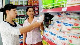 Mua đường tinh luyện tại một cửa hàng ở huyện Hóc Môn Ảnh: Cao Thăng