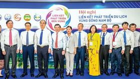 Đại diện lãnh đạo TPHCM và 5 tỉnh vùng Đông Nam bộ xúc tiến kết nối du lịch. Ảnh: ĐÌNH DƯ