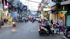 """Đường Nguyễn Thượng Hiền thành """"phố ăn vặt"""""""