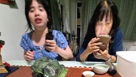 """Bà Nguyễn Thị Bích Ngọc và con gái giới thiệu  về công dụng """"chai thuốc chữa bách bệnh"""""""