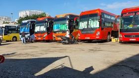 Hàng chục xe đậu đợi khách bên trong bãi xe 391 Đinh Bộ Lĩnh,  quận Bình Thạnh, TPHCM. Ảnh: ĐOÀN HIỆP