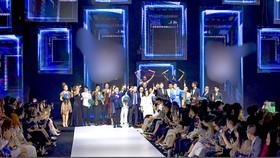 Đông đảo khách mời tham dự sự kiện thời trang cuối tuần qua, nhưng ít người đeo khẩu trang.