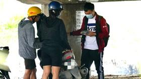 Phóng viên trong vai người mua, nhận pháo nổ  từ đôi nam nữ tại cầu Chợ Cầu (quận Gò Vấp, TPHCM)