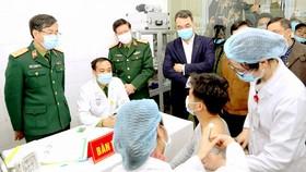 Người tình nguyện đầu tiên được tiêm vaccine Nano Covax. Ảnh: QUANG PHÚC