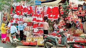 Vật phẩm trang trí Noel bày bán dọc đường Hải Thượng Lãn Ông, quận 5, TPHCM. Ảnh: ĐOÀN HIỆP