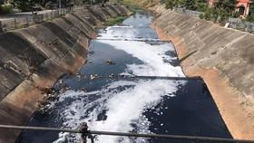Dù tốn cả ngàn tỷ đồng để cải tạo, đến nay kênh Ba Bò vẫn ô nhiễm nặng nề Ảnh: ĐỨC TRUNG