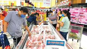 Đa dạng mặt hàng thực phẩm phục vụ tết tại siêu thị Aeon Tân Phú, TPHCM Ảnh: CAO THĂNG